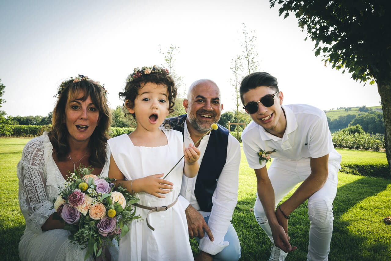 Alain et Guénaëlle étonnement de la petite-fille devant la peluche lapin De l'appareil photo du photographe professionnel