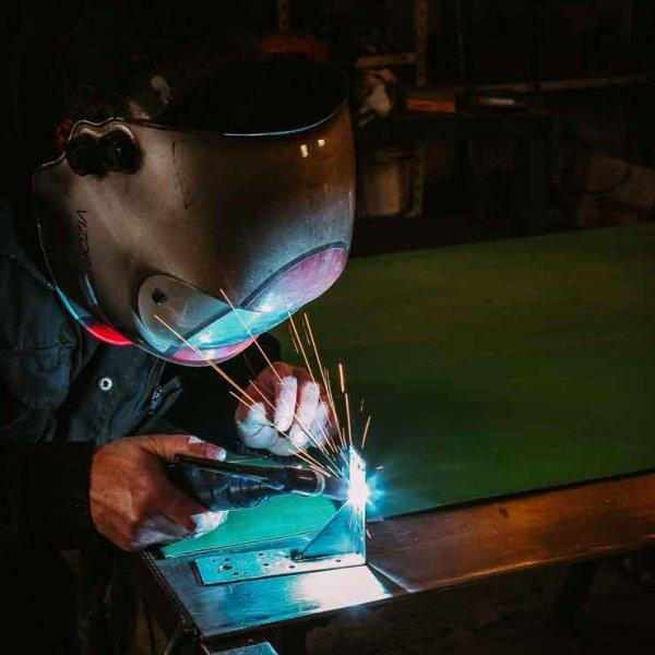 Photo professionnel Corporate sidérurgie bonhomme qui soude une plaque d'acier mise en valeur de l'entreprise Bordeaux Aquitaine Gironde