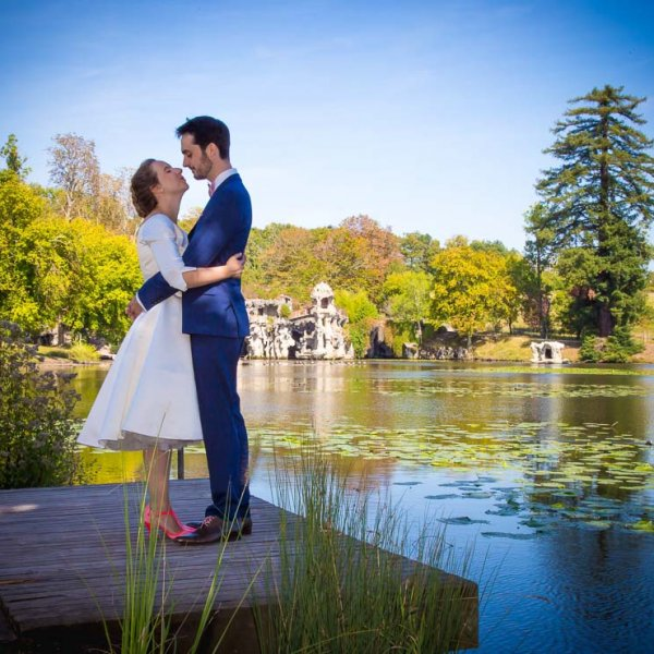 Prises vue en extérieur avec un couple de mariéDans le parc chambellan à Blanquefor