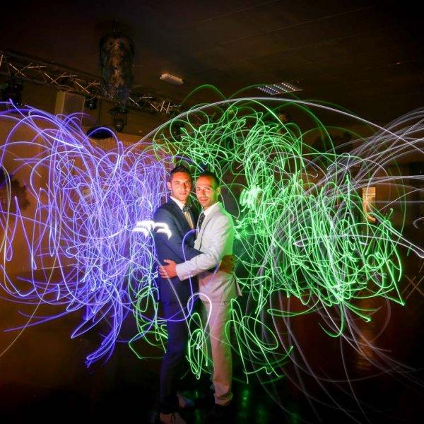 Cliché d'un couple gay avec des effets de lumière Light Painting Photo original et différente
