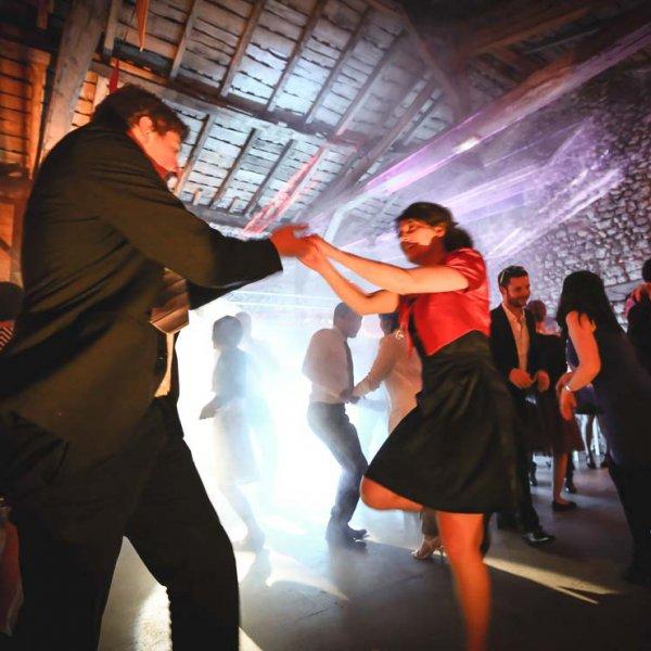 Clichés de la soirée dansante du mariage au grenier des saveur