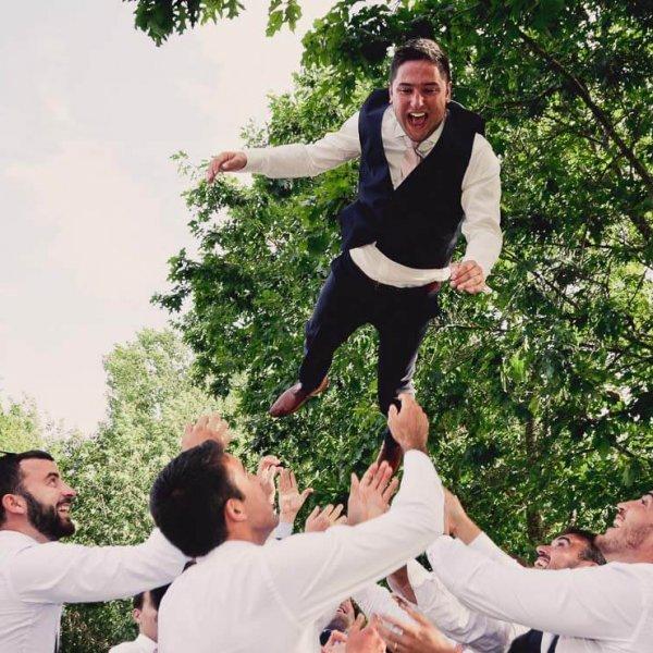 Photo du marié en train d'être lancé en l'air photos de joie de bonheur