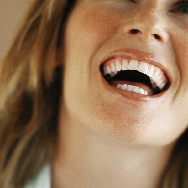 Photo de portrait professionnel femme en train de rire lumineux et pétillant