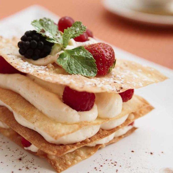 Photographe professionnel culinaire plat d'un dessert un millefeuille avec de la chantilly et des framboises dessert réalisé pour un restaurant à Bordeaux