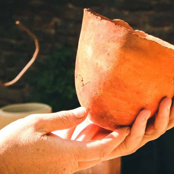 poterie institutionnel d'un potier réalisation d'un pot en terre cuite