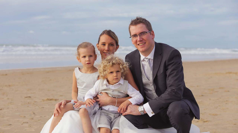 photo de famille et portrait sur la plage enfants parent mariée couple