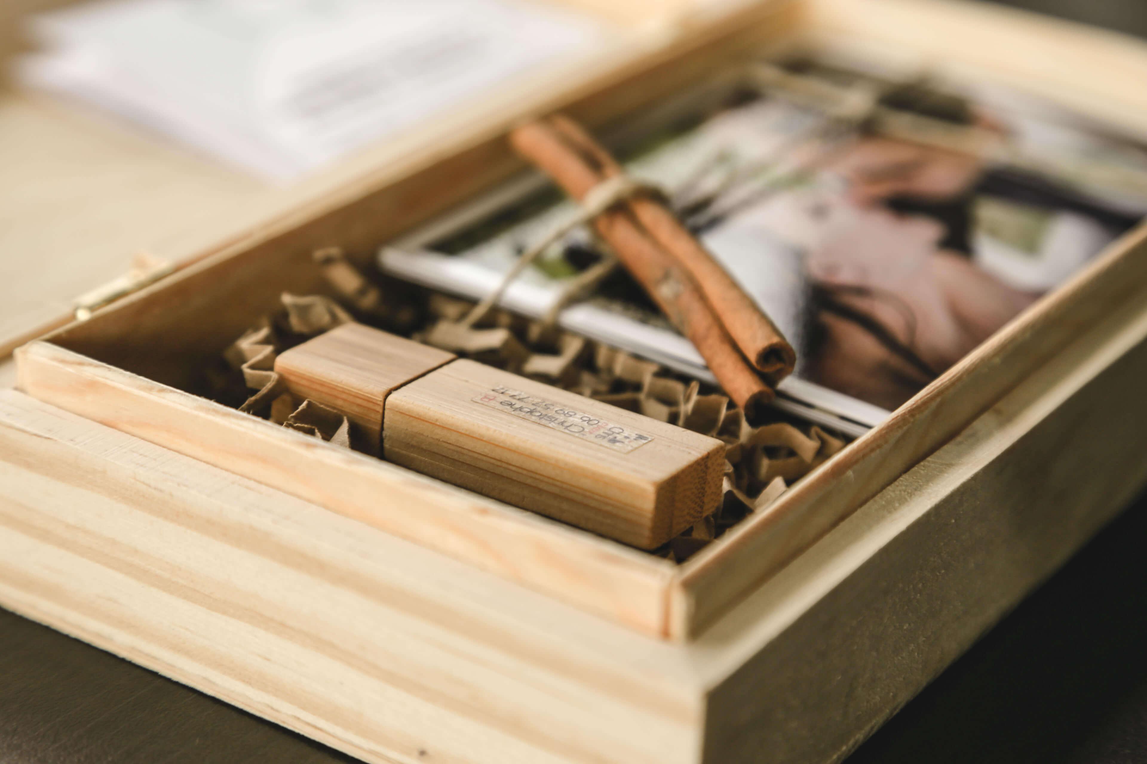 Photo d'accessoires souvenir de mariage Clé USB qui est dans la boîte des futurs mariés fournée dans les prestations de Christophe Boury ainsi photographe professionnel de mariage