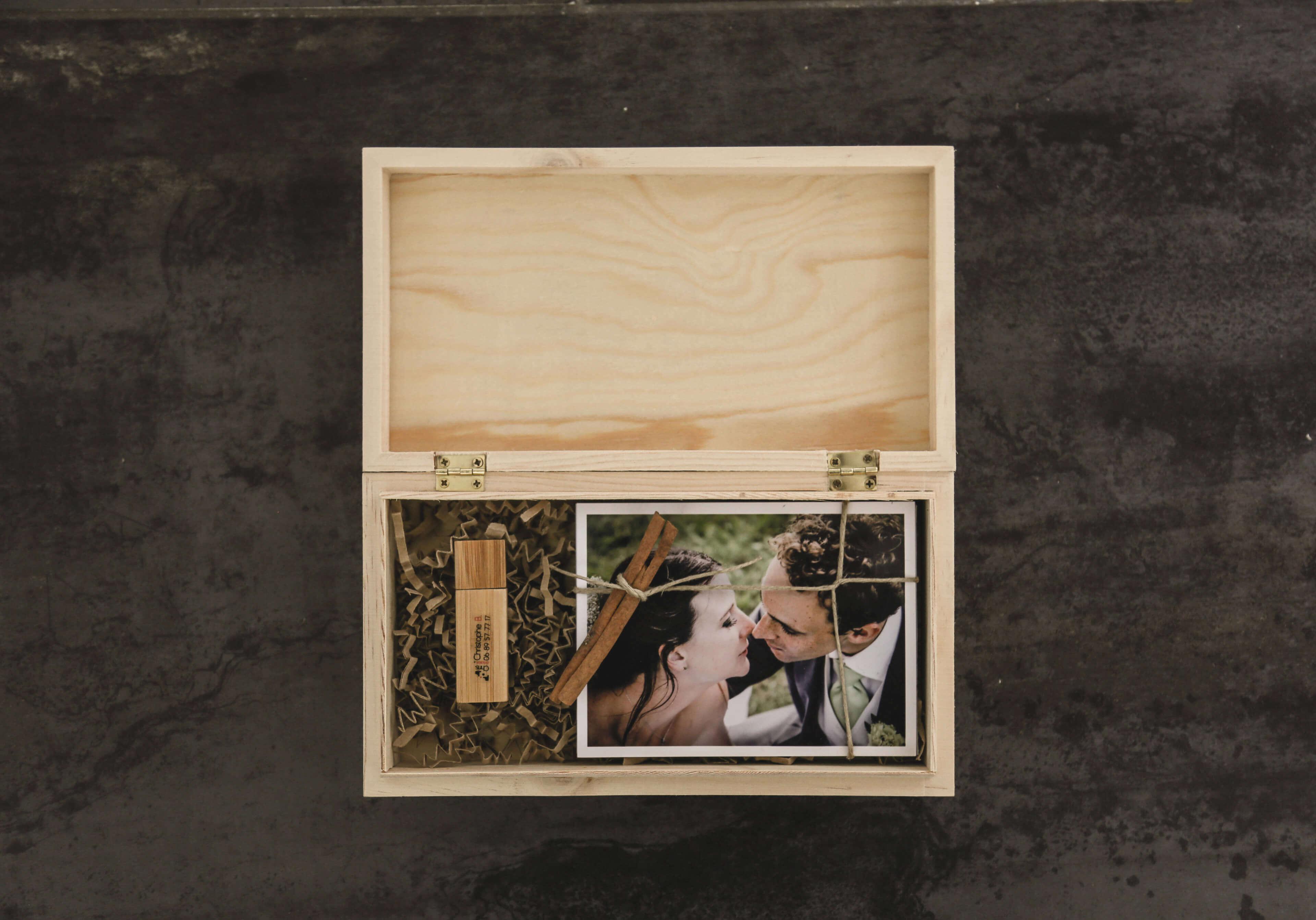 Photo d'accessoires Très belle présentation de la boîte qui est offerte pour les mariés dans la prestation de Christophe Boury le photographe de mariage professionnel