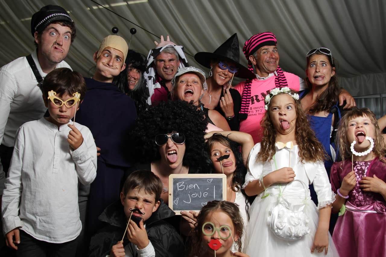 Photo Booth avec la famille les enfants et des grimaces dans tout l'essence laissé un message aux mariés