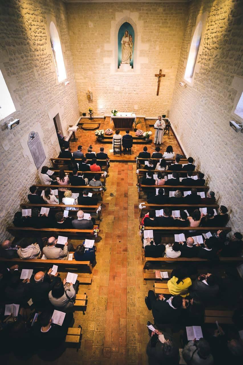 Photo de mariage à l'église Prise de vue en intérieur de l'église
