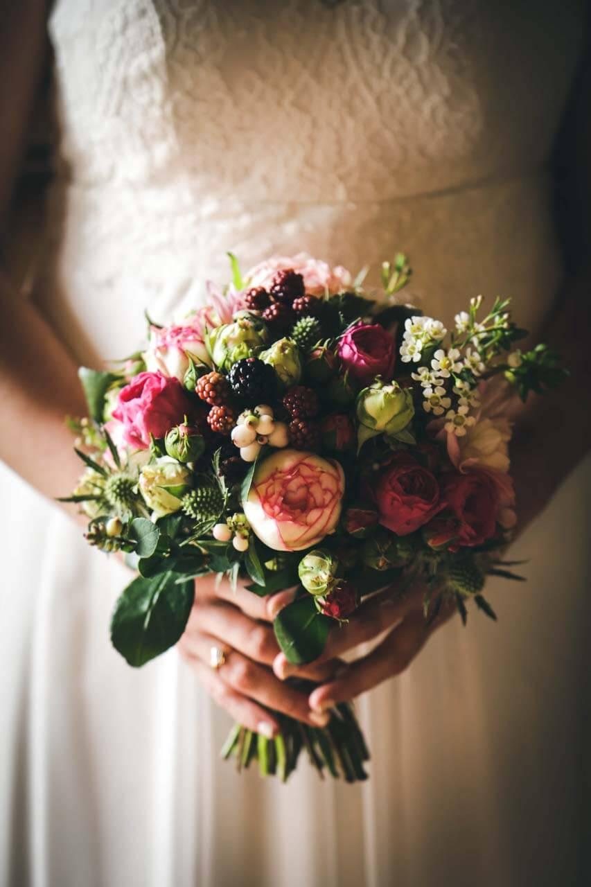 Photo de composition florale tenue par la mariée Détail du bouquet de fleurs de la mariée gros plan sur le bouquet de fleurs