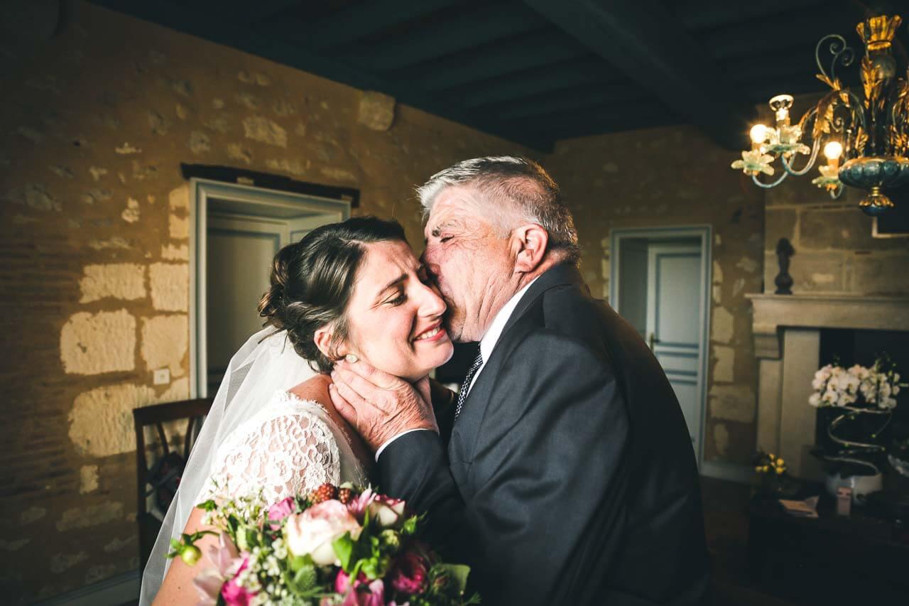 Photo avec les proches du couple Papa qui embrasse sa fille moments émouvants pour son futur mariage