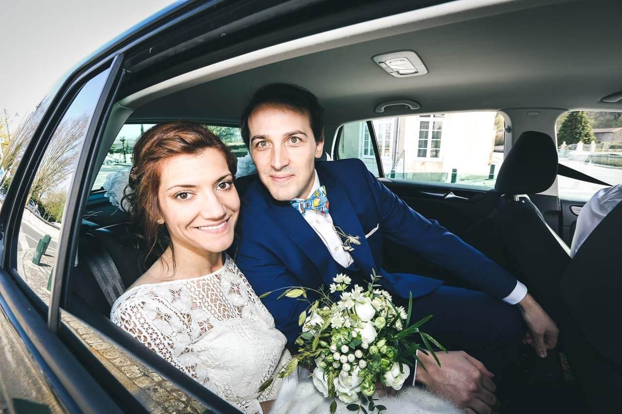 Photo de couple dans la voiture Reportage de mariage prises de vue dans la voiture des mariés Bordeaux Aquitaine nouvelle Aquitaine