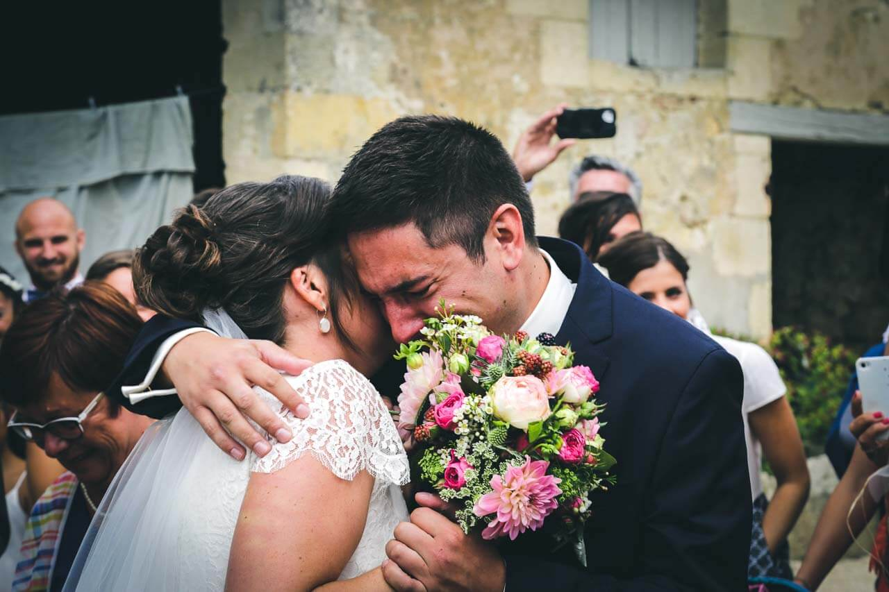 Photo de couple en tenue de mariés Photo pleine d'émotions avec lemarie qui découvre sa future femme le marié qui pleure photographe professionnel