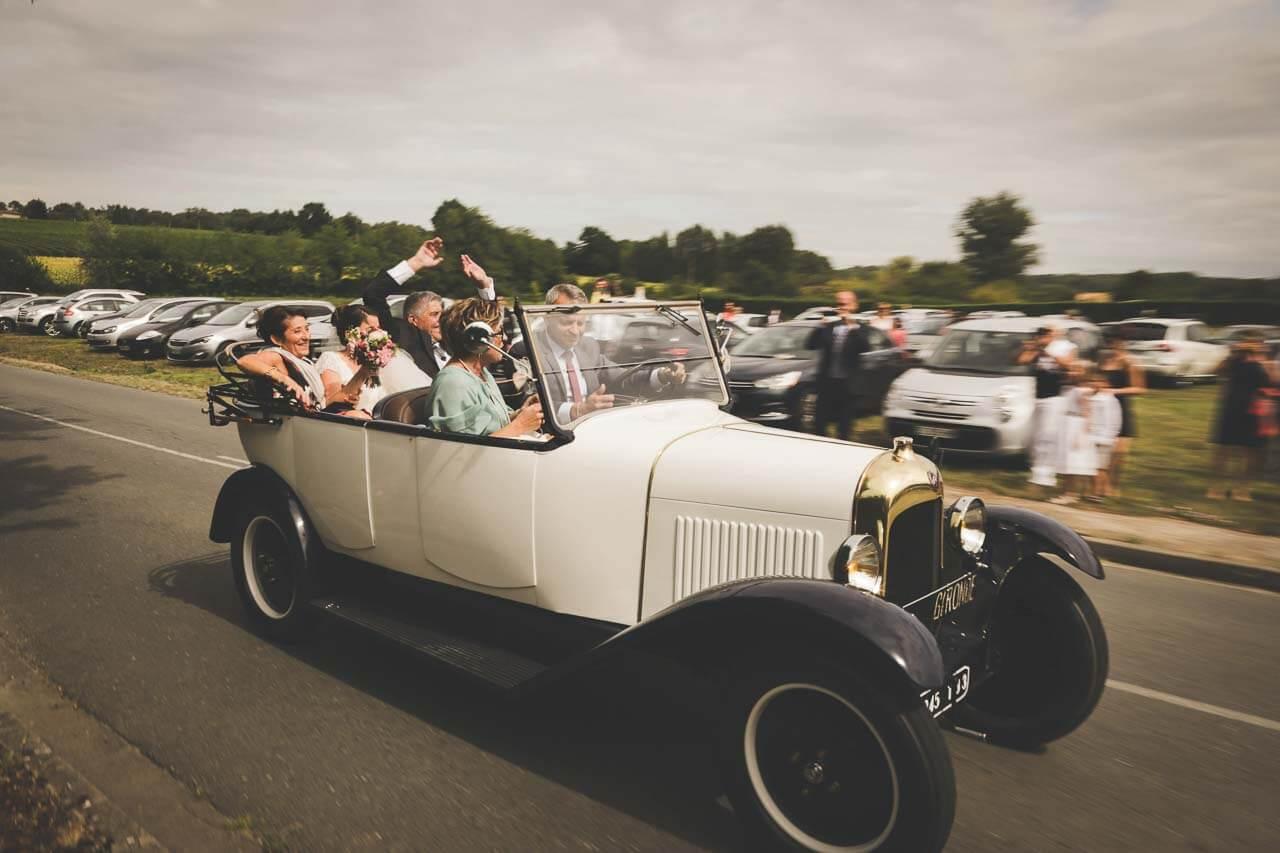 Photo de couple dans la voiture Clichés d'une vieille voiture attractions avec un effet de filer pendant un reportage de mariage
