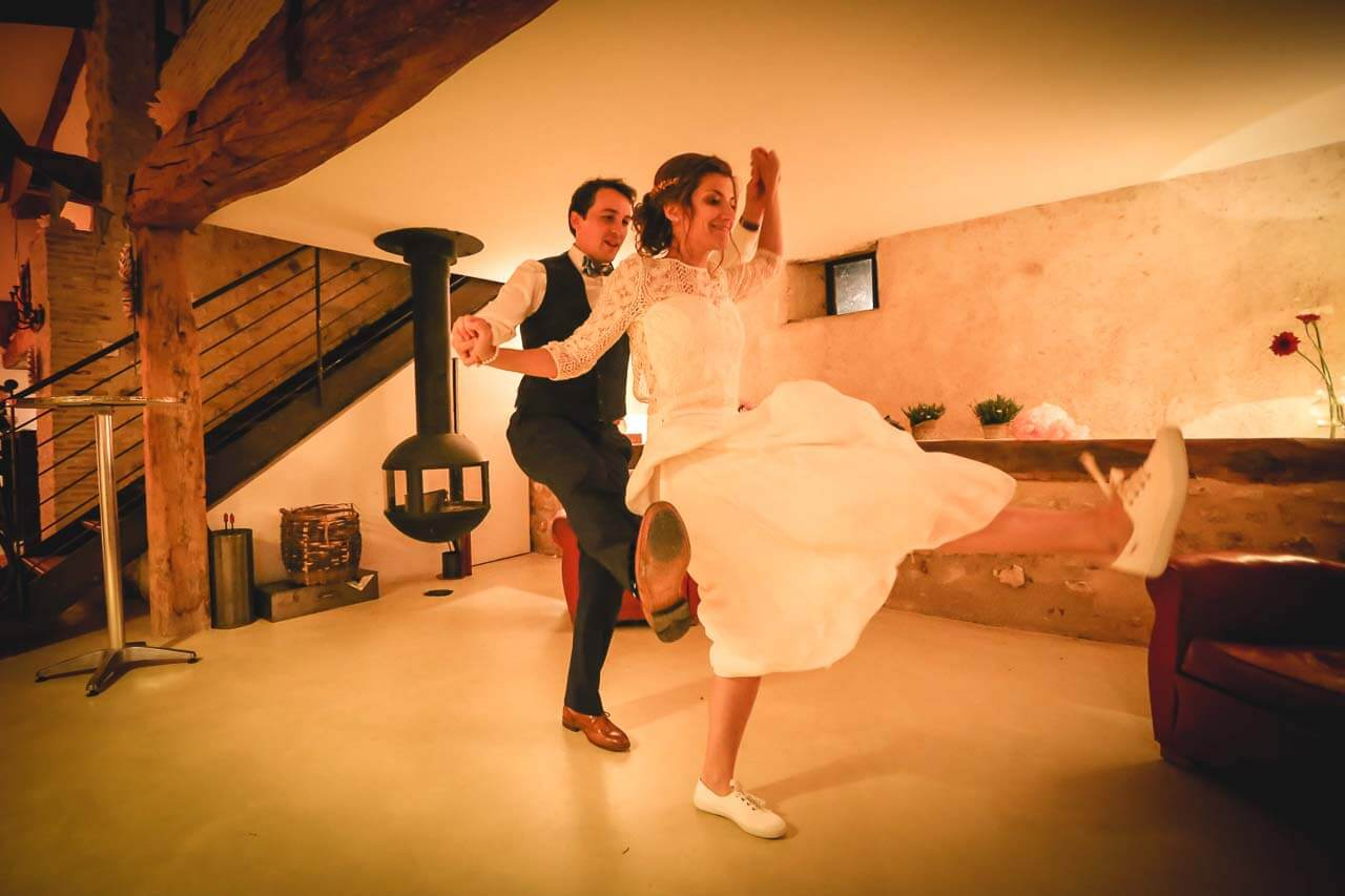 Photo de couple en tenue de mariés Reportage de mariage les mariés qui s'entraîne alors danse avant d'y aller et de refaire leur rentrée en ball