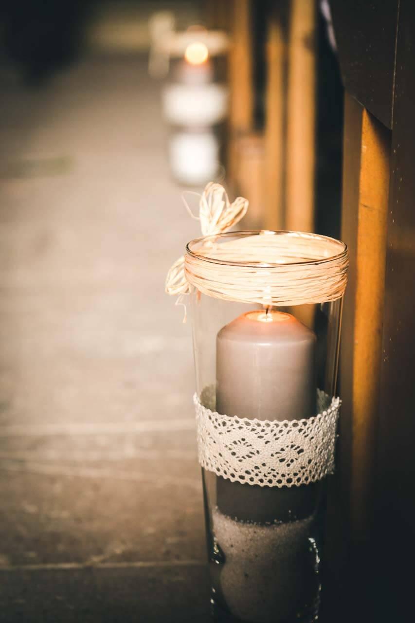 Photo de décoration de table Détail de bougies pendant un reportage photo d'un mariage dans une église
