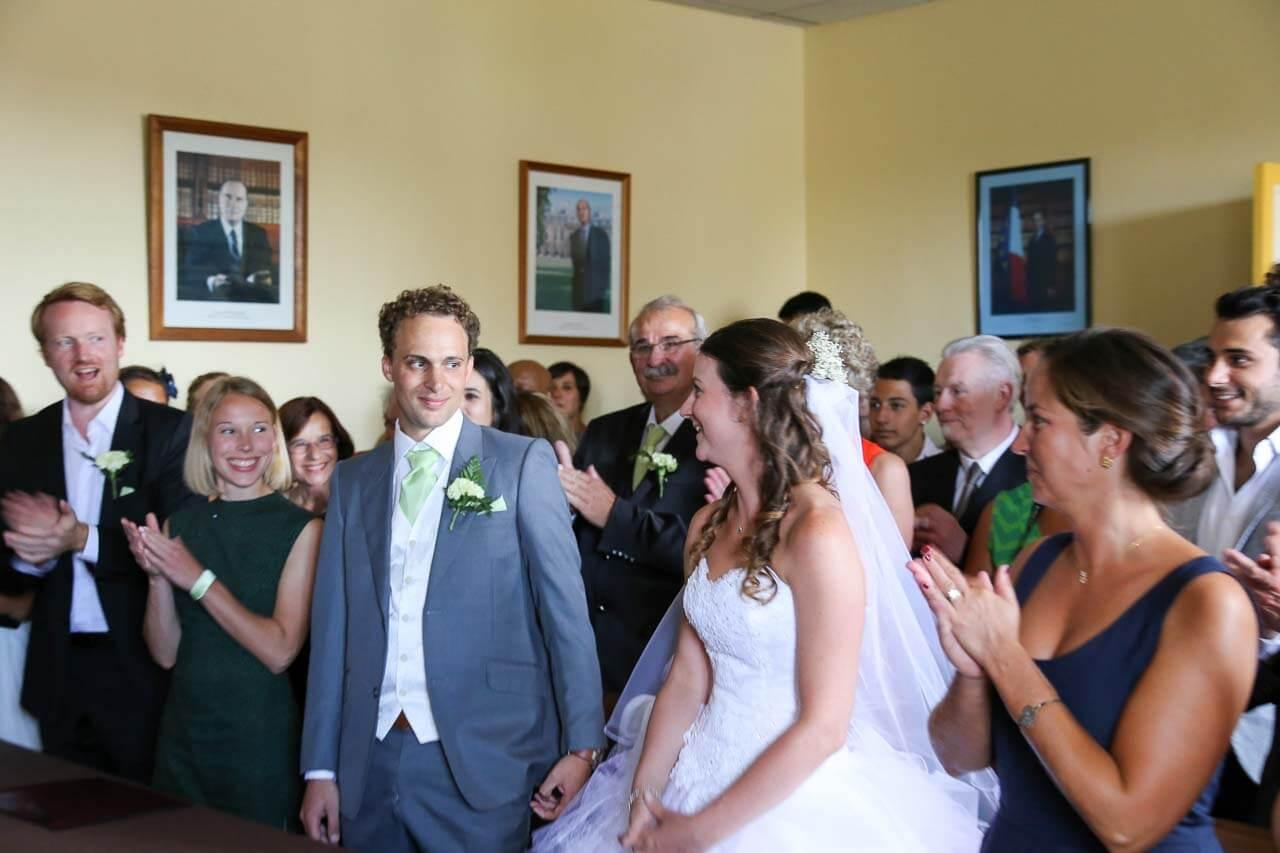 Photo à la mairie Reportage de mariage cérémonie à la mairie les gens applaudissent