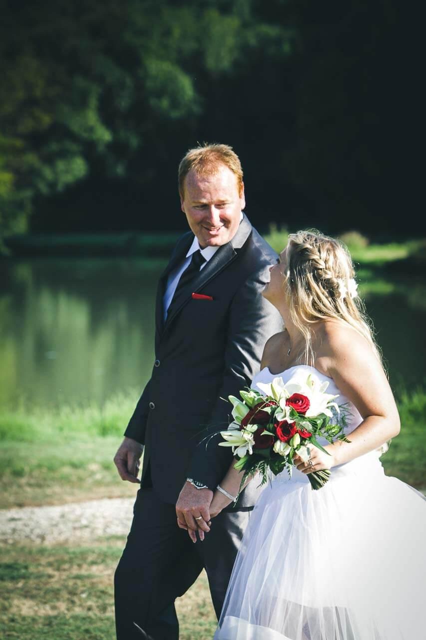 Photo de couple en tenue de mariés Couple amoureux se baladant près dans lac la main dans la main