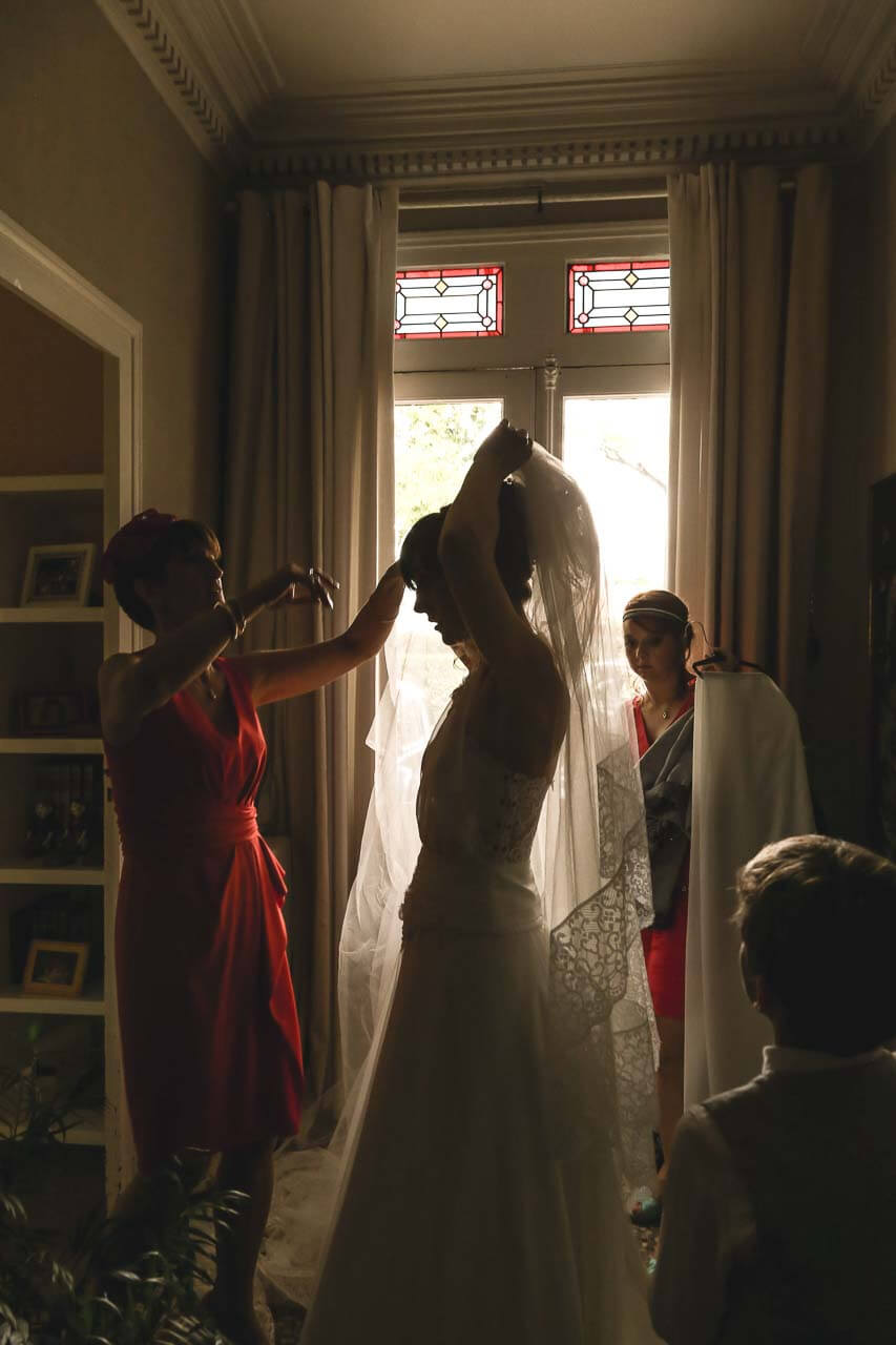 Photo de préparation au mariage Reportage mariage préparatifs de la mariée en famille avec la maman et le frère le petit frère