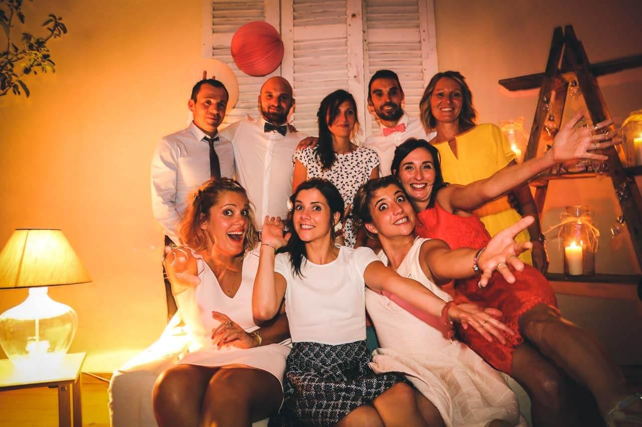 Photo de groupe de l'entourage des mariés Prise de vue en studio photo pendant un mariage mise en scène avec canapé déco photo original Christophe Boury photographe professionnel