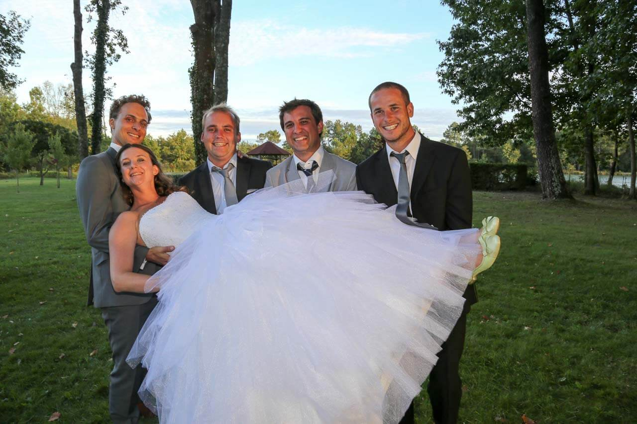 Photo humoristique de la mariée Séance photo de la mariée porter par ses amis