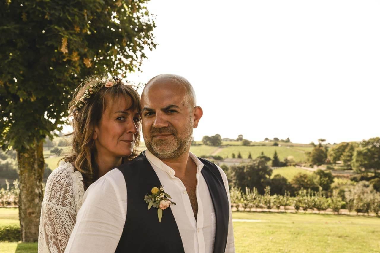 Photo de couple en tenue de mariés Portrait du couple avec vue sur les vignes en arrière plan