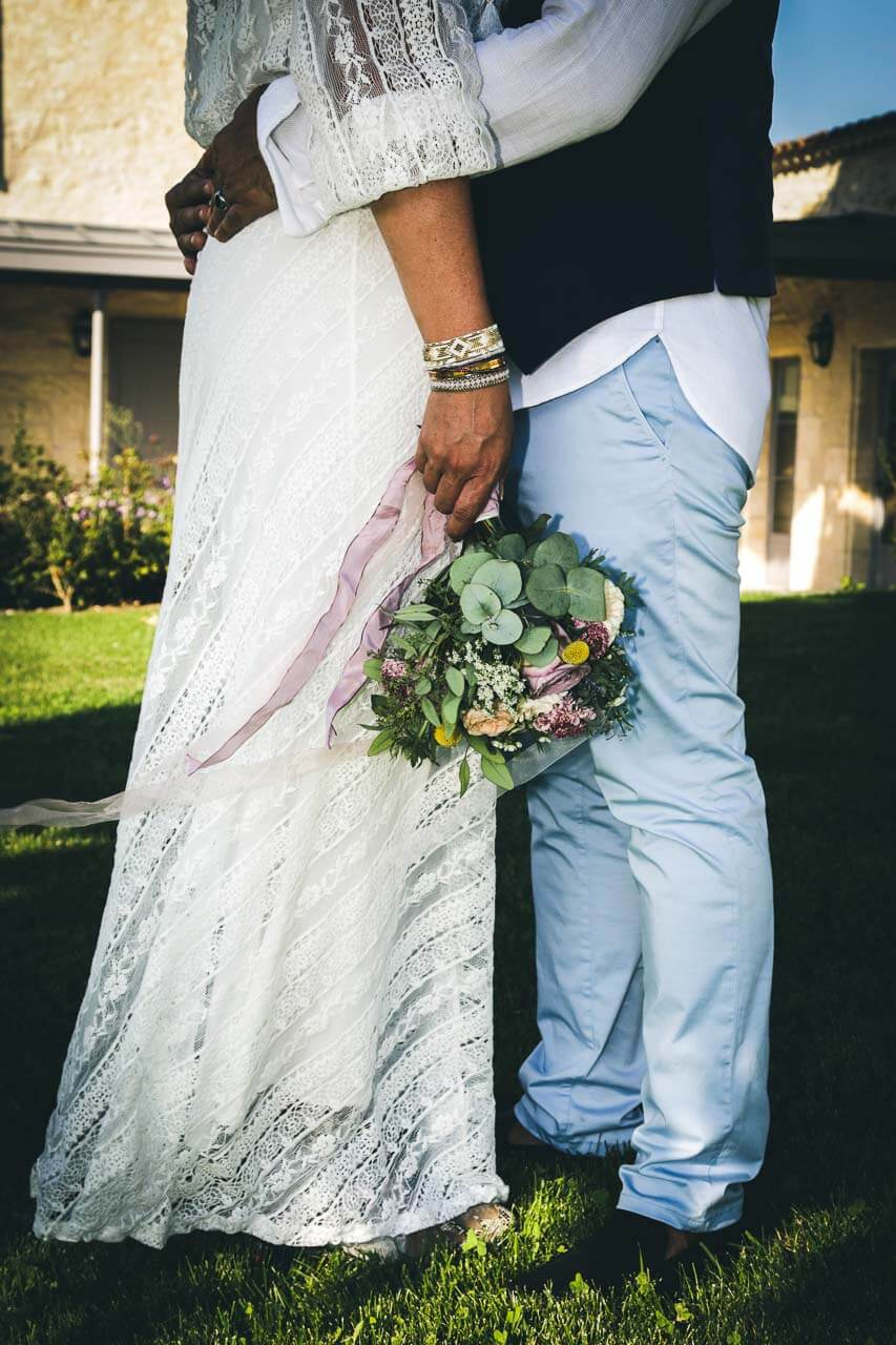 Photo de couple en tenue de mariés Pour trouver du couple on ne voit pas leur tête photo originale