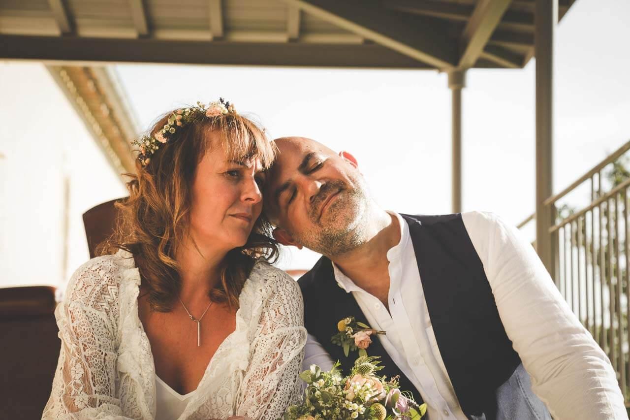 Photo de couple en tenue de mariés Moment de pause et de tranquillité pendant le mariage après la cérémonie