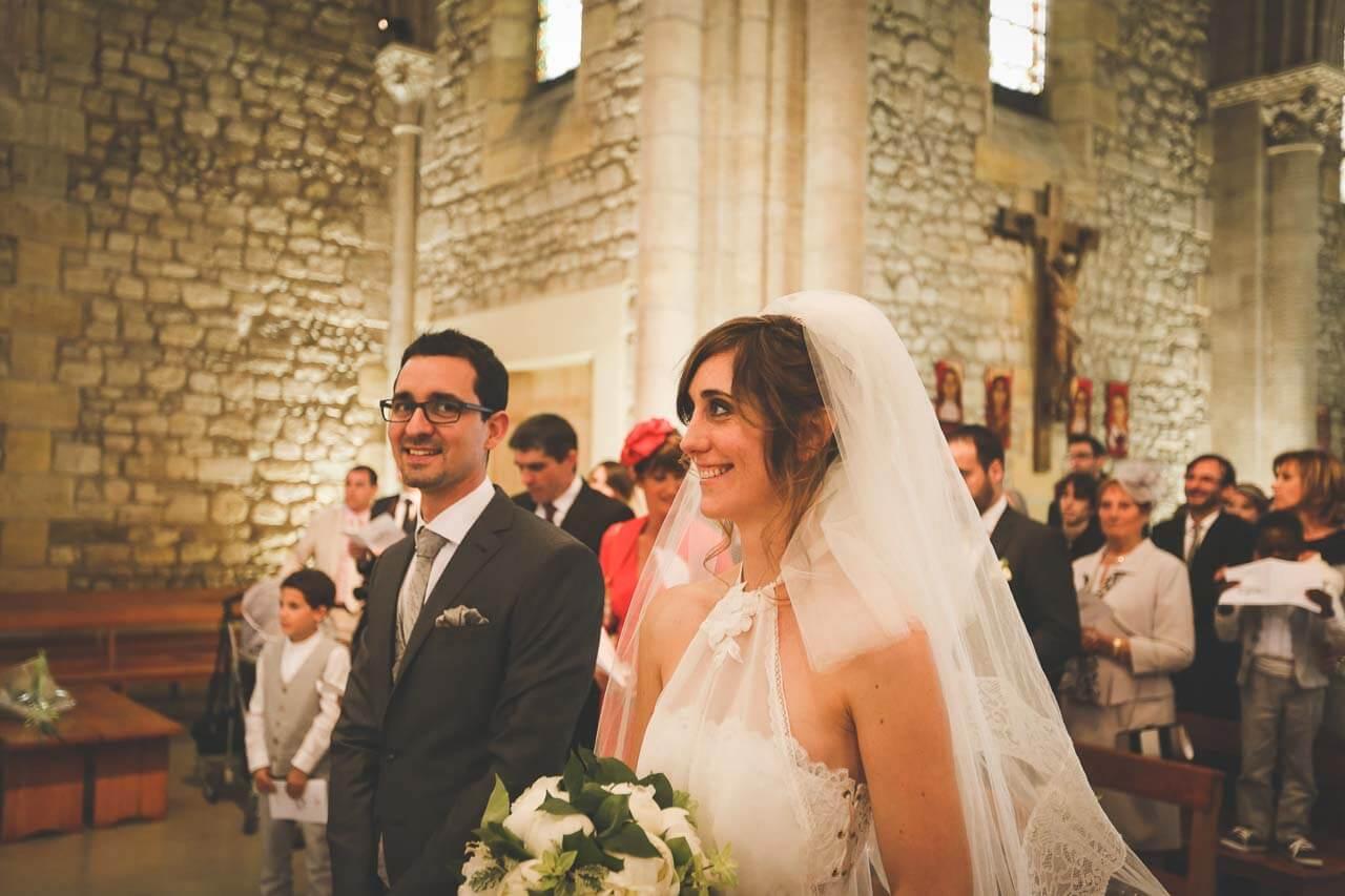 Photo de couple en tenue de mariés Mariage religieux dans l'église avec lemarie qui me regarde