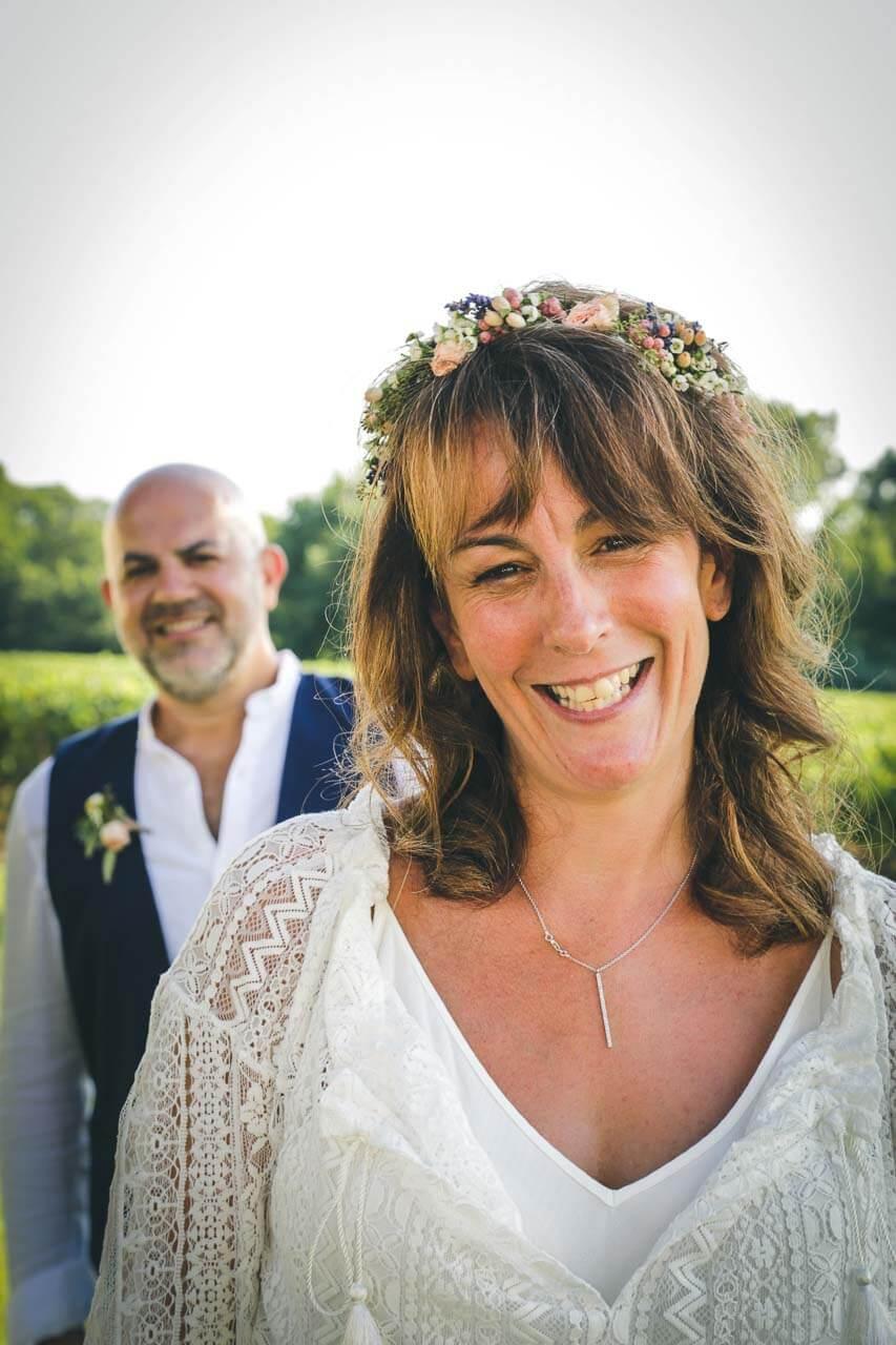 Photo avec les proches du couple Photos de couple mise en scène avec la mariée en premier plan le marié en arrière plan
