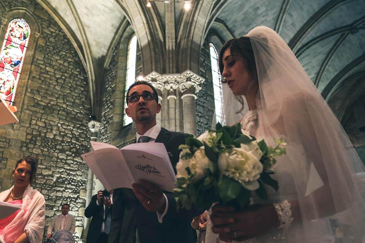 Photo de mariage à l'église Prise de vue à l'intérieur d'une église les futurs mariés chante les louanges