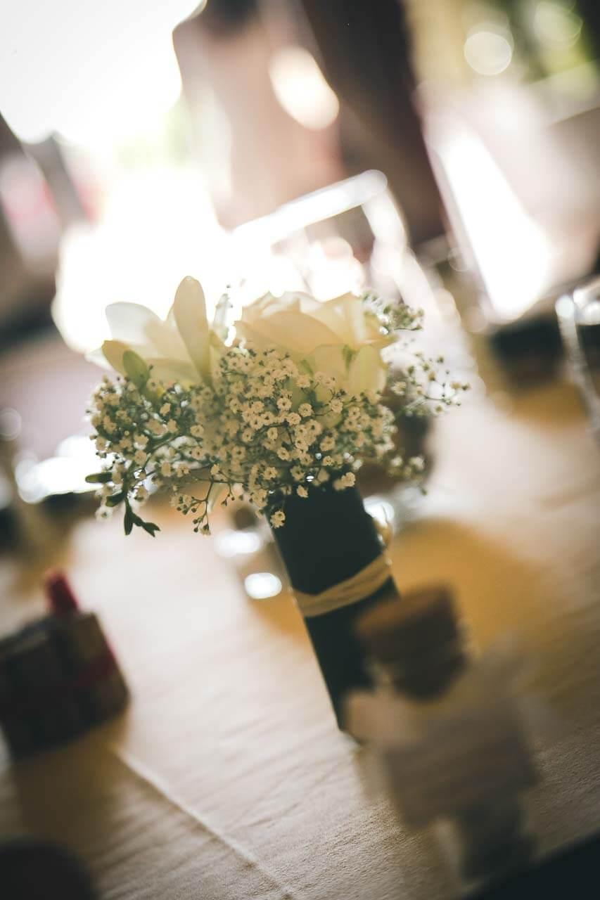 Photo de décoration de table Détails de la table bouquet de fleurs dans la lumière avec cadeaux pour les invités