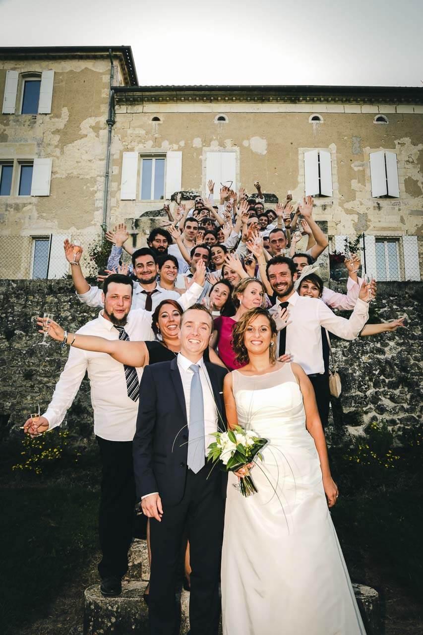 Photo avec les proches du couple Photo en extérieur avec tous les témoins et amis vue en hauteur