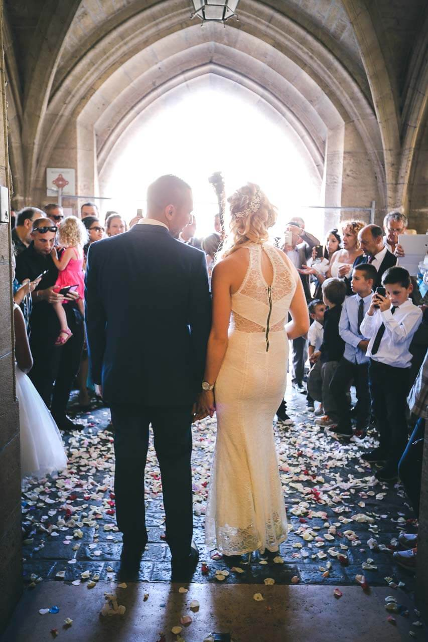 Photo de mariage à l'église Sortie mairie pour le couple des pétales de fleurs ou sol