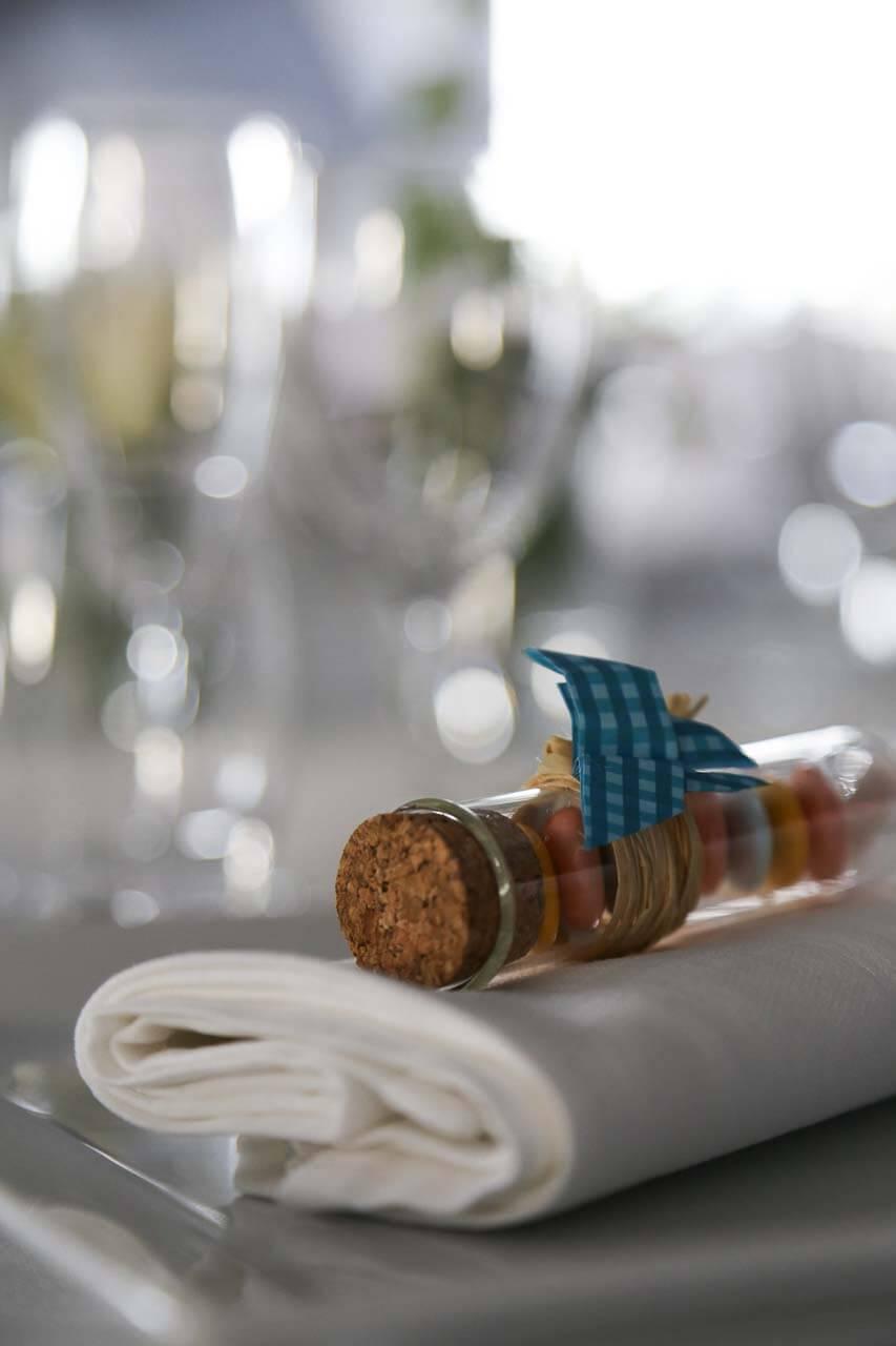 Photo de décoration de table Clichés de la table détail des dragées dans un tube à essai