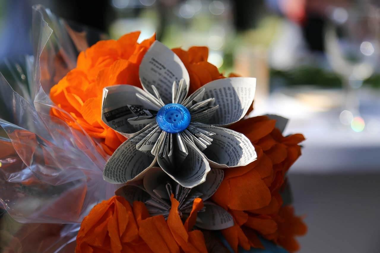 Photo de décoration de table Idée du bouquet en papier que l'on fait passer pendant le 20 donneurs pour discuter avec les convives