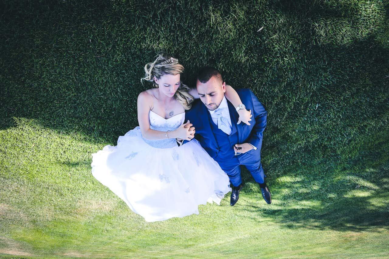 Photo de couple en tenue de mariés Photos de couple tient en suspens À l'envers