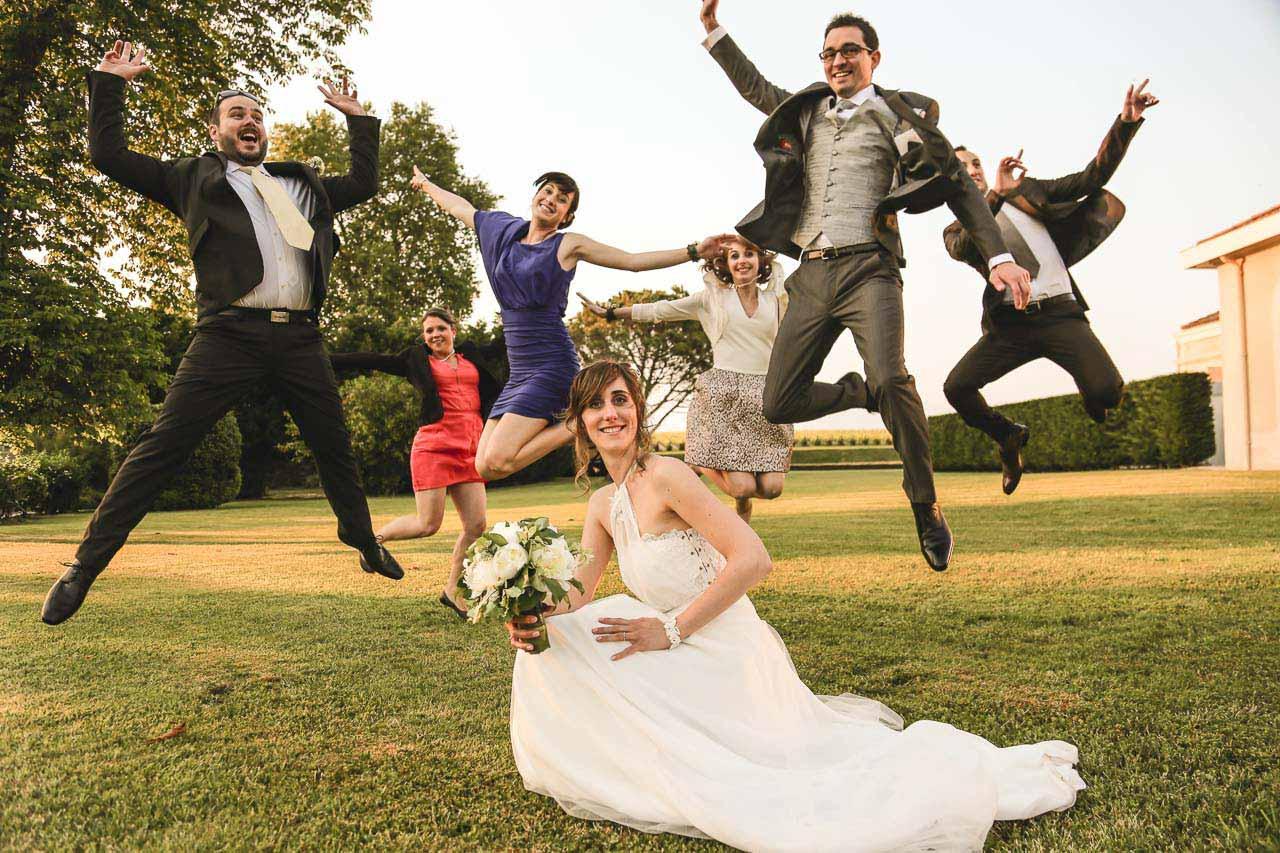 Photo des témoins sautant de joie Prise de vue des témoins en plein saut