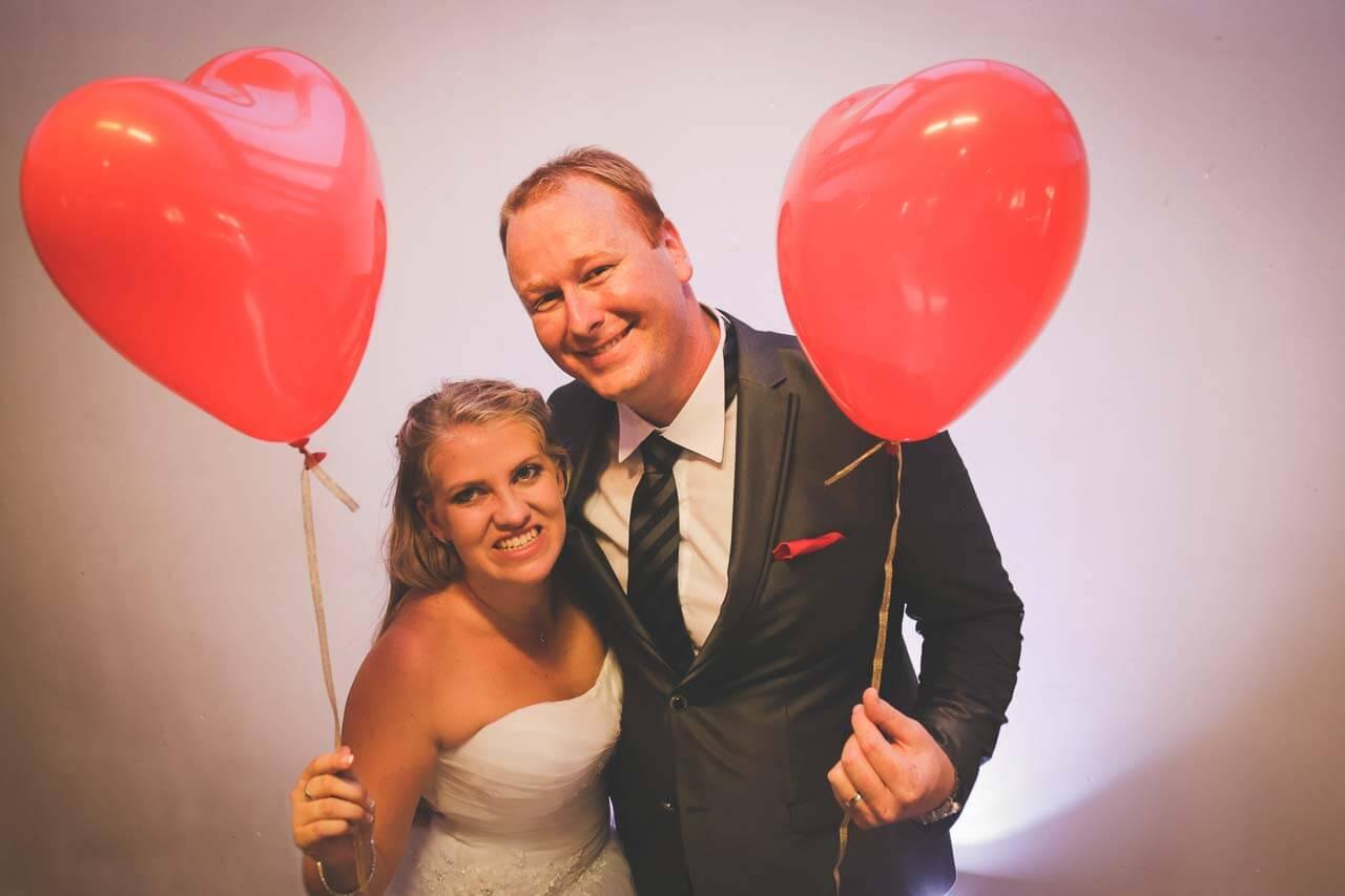 Photo de couple en tenue de mariés Photos de couple avec des ballons en forme de cœur gonflé à l'hélium me mise en scène