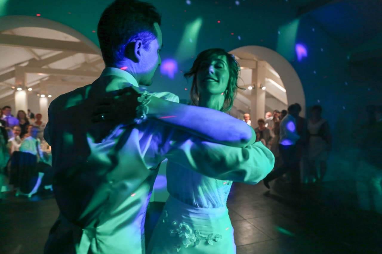 Photo de soirée de mariage Entrée un bal des mariés première danse prise de vue avec une lumière verte des flashes de couleur