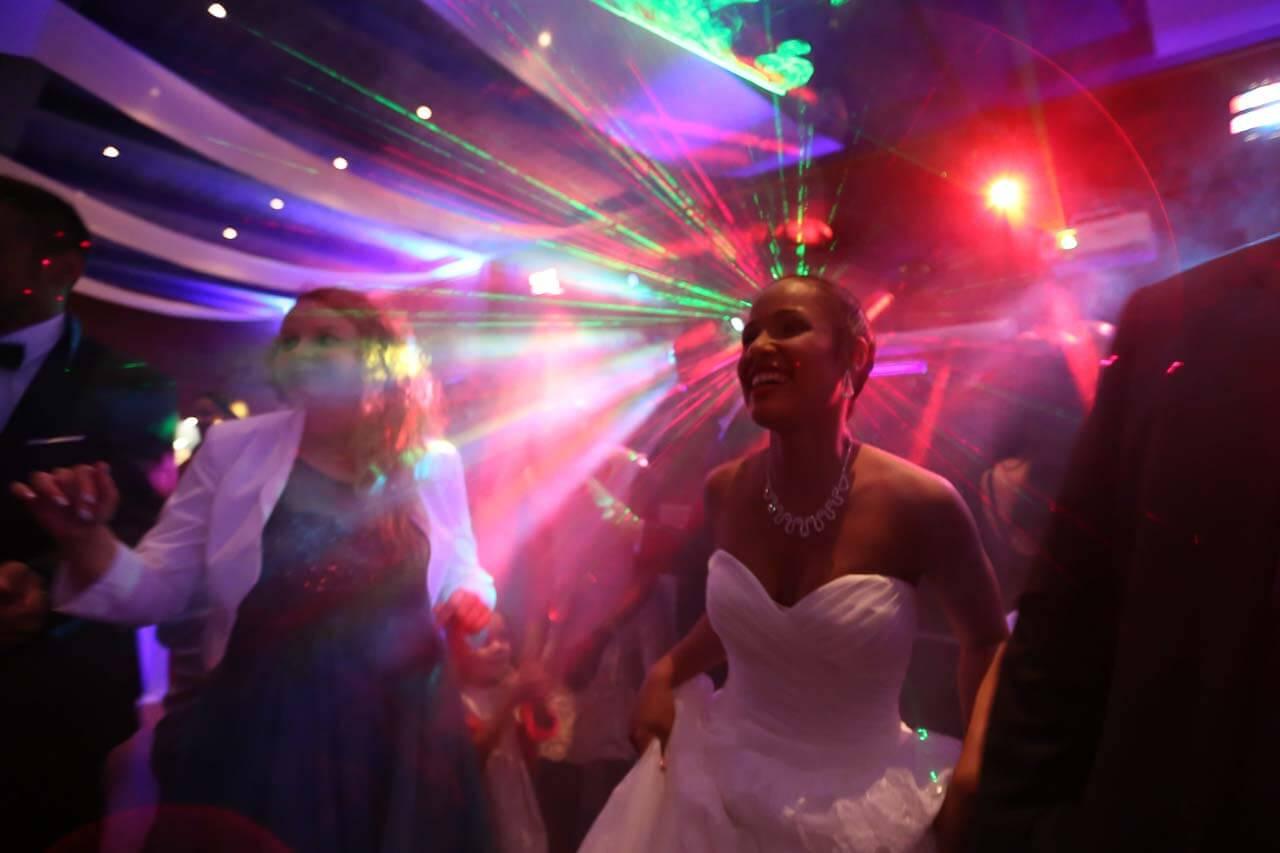 Photo de soirée de mariage Photo de la soirée dansante ambiance discothèque lumière du Didier traversant les personnes et la mariée