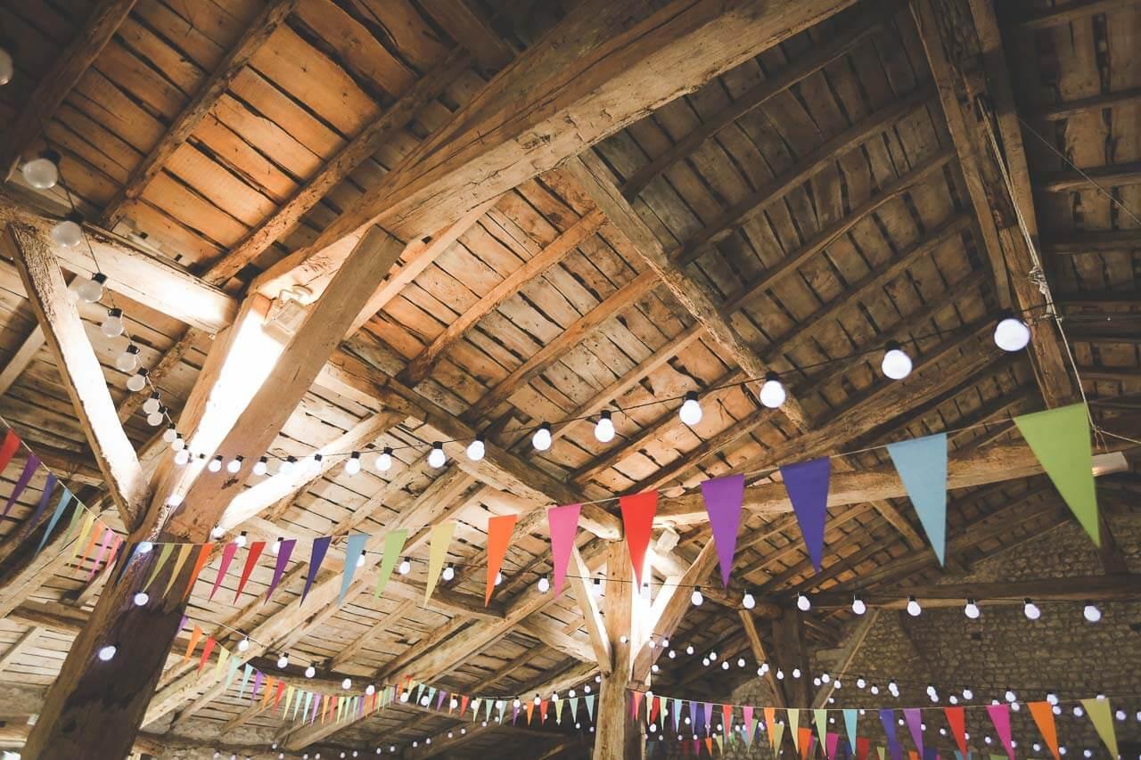 Photo de décoration pour mariage Charpente d'une grange style champêtre pour mariage le grenier des saveurs