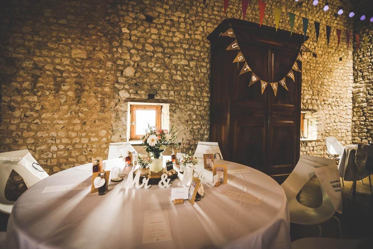 Photo de décoration pour mariage Présentation de table style champêtre mariage au grenier des saveurs en Charente-Maritime Charente