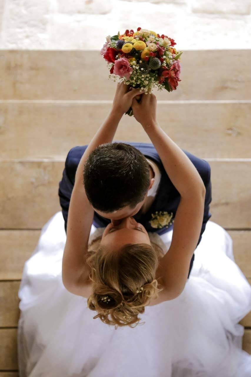 Photo de couple en tenue de mariés Pour pouvoir capturer tous les moments magiques de cette journée formidable faites appel à un photographe professionnel Christophe Boury photographe