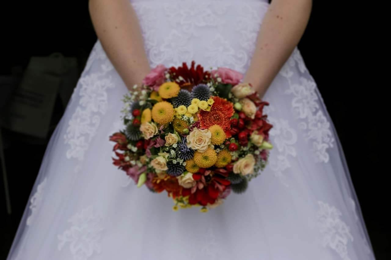 Photo de mariée en tenue Photo du bouquet de la mariée plein de couleurs