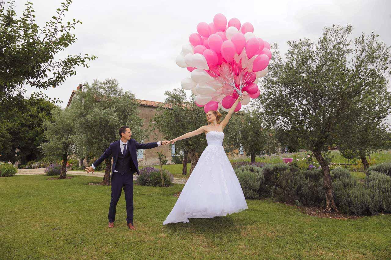 La mariée qui ainsi s'envole dans les airs !