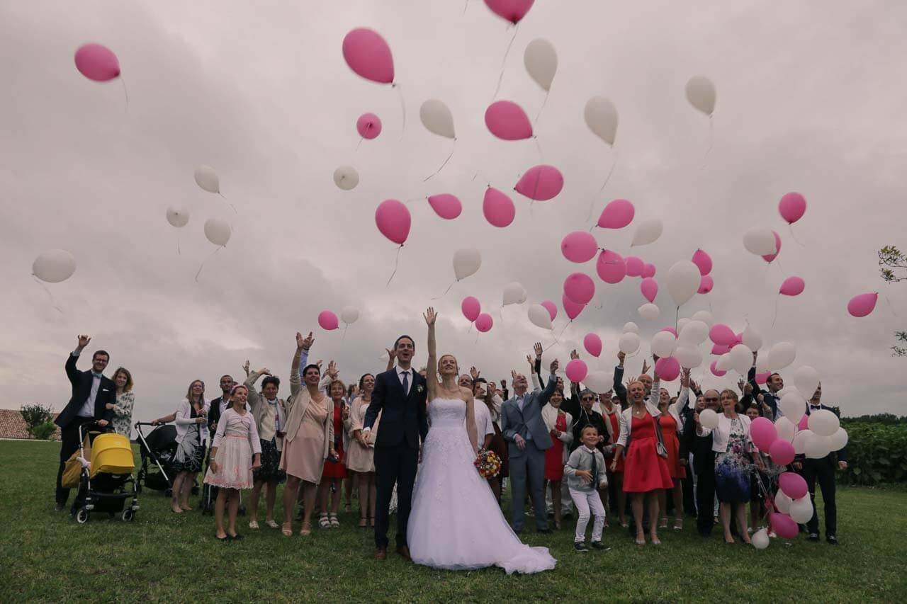 photo de mariage Photo avec des ballons gonflés à l'hélium me pour un lâcher de ballons avec toute la famille