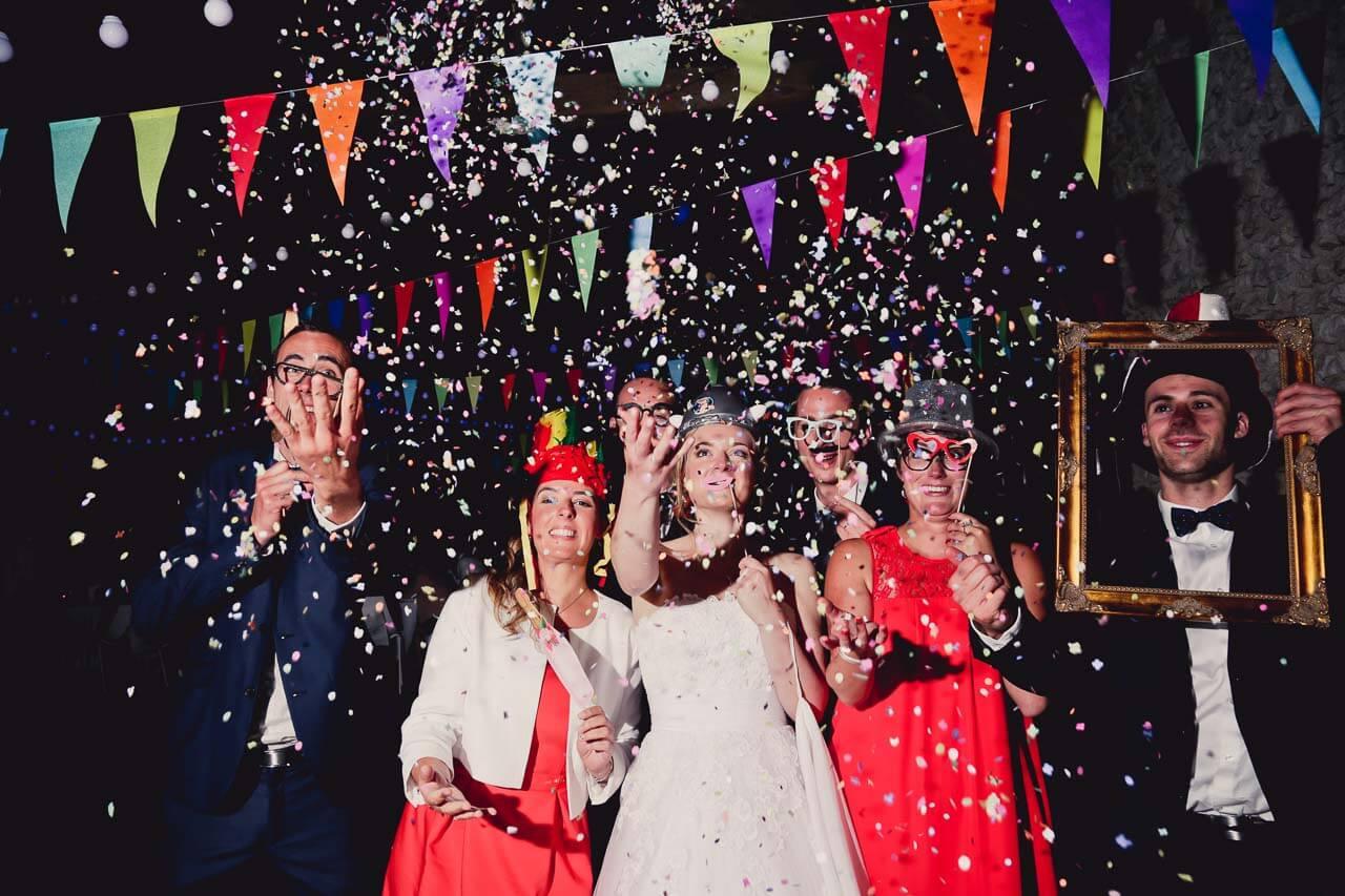 Photo humoristique des proches des mariés Avec un peu d'imagination les photos de votre mariage peut être complètement différente grâce aux photographes