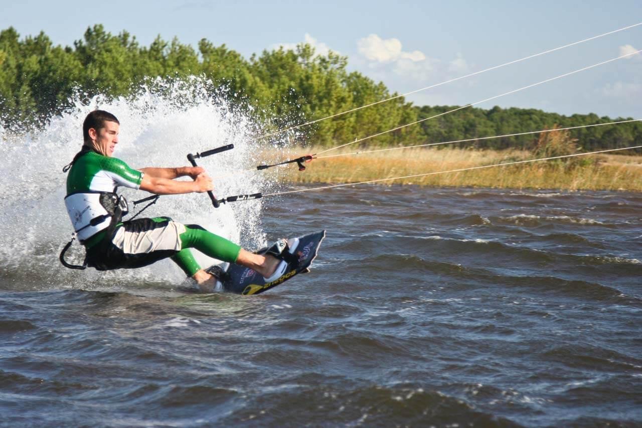 Prise de vue du kitesurf en pleine action photographe professionnel Bordeaux Gironde Arcachon Lacanau ainsi dans le mouvement.